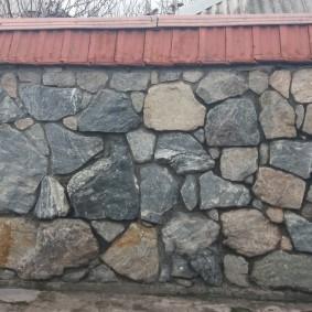 Козырек из металлочерепицы на каменном заборе