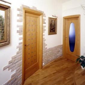 Отделка дверей декоративными кирпичиками