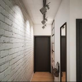 Длинный коридор с обоями под кирпич