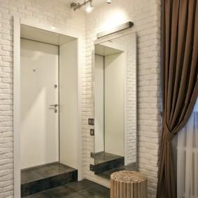 Светлые стены в прихожей квартиры