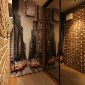 Фотообои в небольшой прихожей двухкомнатной квартиры