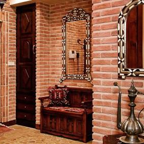 Деревянная скамья в нише стены прихожей