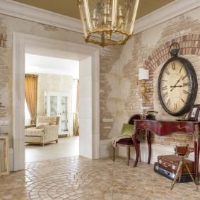 Огромные часы на стене большой прихожей