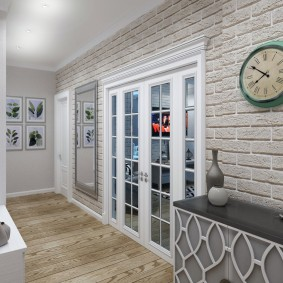 Круглые часы на стене с кирпичной отделкой