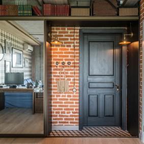 Серая дверь во входной зоне однокомнатной квартиры