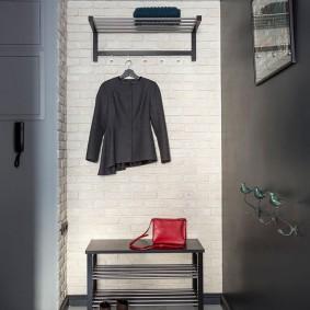 Скамейка с полочками для обуви под вешалкой в коридоре
