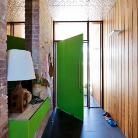 Зеленая дверь в прихожей частного дома