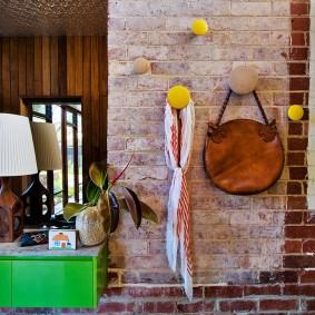 Старая кирпичная кладка в интерьере квартиры