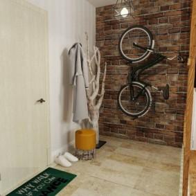 Место для велосипеда на стене в прихожей