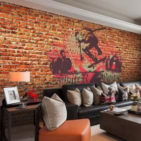 Граффити на кирпичной стене в гостиной комнате
