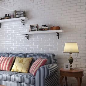 Небольшие полочки на кирпичной стене
