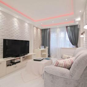 Освещение гостиной комнаты с обоями под кирпич