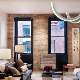 Узкие окна в кирпичной стене