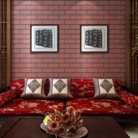Ровные кирпичи на стене в гостиной