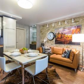 Коричневый диван в уютной кухне-гостиной