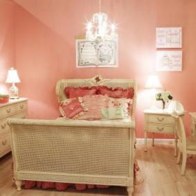 Розовые стены в комнате девочки