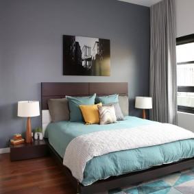 Яркий коврик перед спинкой кровати