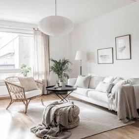 Белый светильник на потолке гостиной