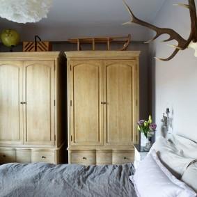 Деревянные шкафы с распашными дверцами