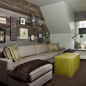 Деревянная обшивка стены за угловым диваном