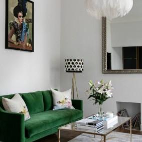 Зеленый диван с бархатной обивкой