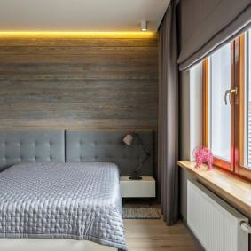 Желтая подсветка потолка в спальне небольшого размера