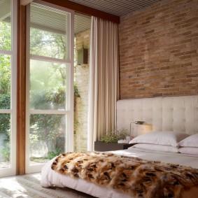 Светлая занавеска на панорамном окне