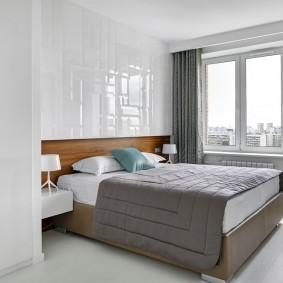 Глянцевые панели над спинкой кровати