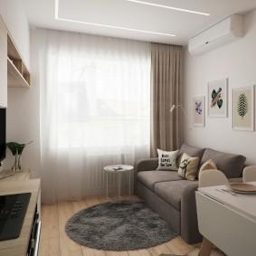 Компактный диванчик у окна небольшой комнаты
