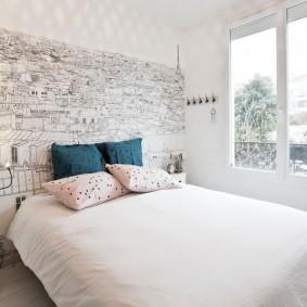Декорирование спальной комнаты интересными обоями