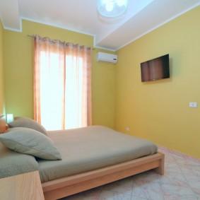 Спальная комната с желтыми стенами