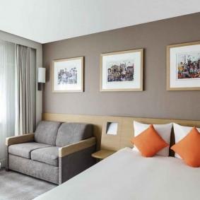 Компактный диванчик в спальне прямоугольной формы