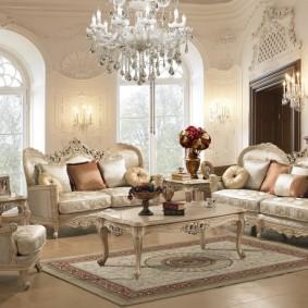 Арочные окна в гостиной стиля барокко