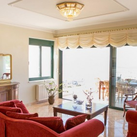 Светлые шторы на панорамном окне комнаты