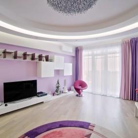 Сиреневые занавески в светлой комнате