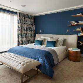Синяя стена в просторной спальне