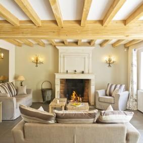 Уютная комната с декоративными балками
