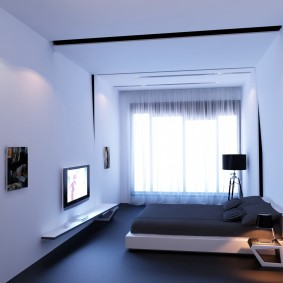 Низкая кровать в небольшой спальне