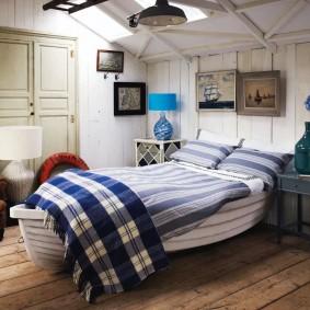 Комфортная спальня со скошенным потолком