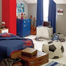 Красный шкаф в спальне с синими шторами