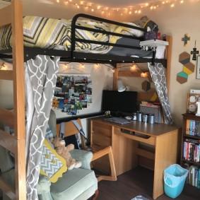 Рабочее место студента на нижнем ярусе кровати-чердака