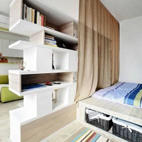 Зонирование стеллажом комнаты в общежитии