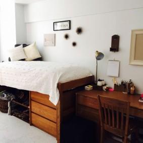 Высокая кровать с выдвижными ящиками