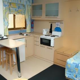 Угловая кухня в общей комнате