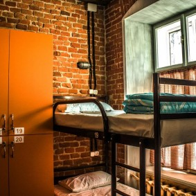 Двухъярусная кровать в комнате лофт стиля