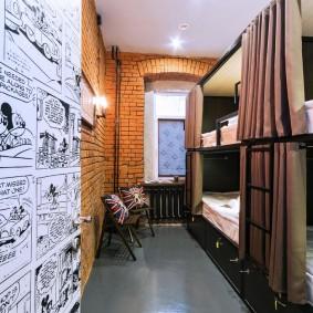 Старые газеты на стене узкой комнаты