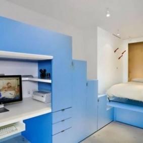Синяя мебель в белой комнате