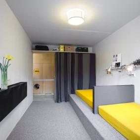 Длинная комната с узкими кроватями