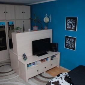 Белая мебель для комнаты с синими стенами