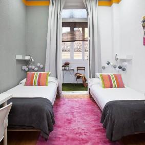 Розовый коврик в комнате девочек